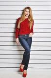 Una foto de la muchacha hermosa está en el estilo de la moda, encanto Suéter rojo Fotos de archivo