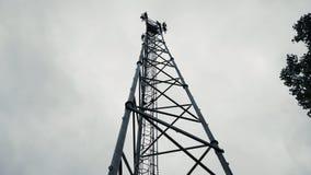 Una foto de la torre del teléfono móvil del teléfono celular tomada de debajo la torre foto de archivo libre de regalías