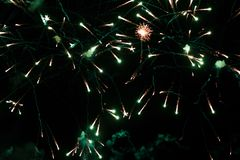 Una foto de un saludo en el cielo nocturno Textura brillante de fuegos artificiales festivos Fondo abstracto del día de fiesta co Imágenes de archivo libres de regalías