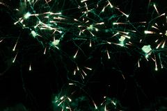 Una foto de un saludo en el cielo nocturno Textura brillante de fuegos artificiales festivos Fondo abstracto del día de fiesta co Fotos de archivo
