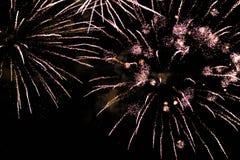 Una foto de un saludo en el cielo nocturno Textura brillante de fuegos artificiales festivos Fondo abstracto del día de fiesta co Fotos de archivo libres de regalías