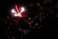Una foto de un saludo en el cielo nocturno Textura brillante de fuegos artificiales festivos Fondo abstracto del día de fiesta co Foto de archivo libre de regalías