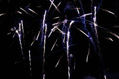 Una foto de un saludo en el cielo nocturno Textura brillante de fuegos artificiales festivos Fondo abstracto del día de fiesta co Fotografía de archivo libre de regalías