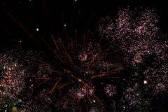Una foto de un saludo en el cielo nocturno Textura brillante de fuegos artificiales festivos Fondo abstracto del día de fiesta co Imagen de archivo libre de regalías