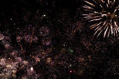 Una foto de un saludo en el cielo nocturno Textura brillante de fuegos artificiales festivos Fondo abstracto del día de fiesta co Fotografía de archivo