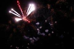 Una foto de un saludo en el cielo nocturno Textura brillante de fuegos artificiales festivos Fondo abstracto del día de fiesta co Imagen de archivo