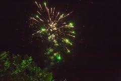 Una foto de un saludo en el cielo nocturno Textura brillante de fuegos artificiales festivos Fondo abstracto del día de fiesta co Imagenes de archivo