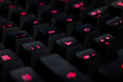 Una foto de un teclado negro con las luces rojas imágenes de archivo libres de regalías