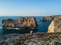 Una foto del abejón de la costa costa rugosa de la región de Algarve de Lagos, Portugal imágenes de archivo libres de regalías