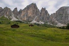 Una foto del chalet di legno due nelle dolomia italiane fotografie stock