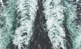 Una foto del paisaje del color de una estela del ` s del barco de cruceros fotos de archivo libres de regalías