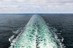 Una foto del paisaje del color de una estela del ` s del barco de cruceros fotografía de archivo