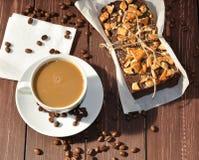 Una foto del una torta de chocolate apetitosa adornada con los pequeños pedazos de galletas y colocada envuelto en un papel rústi Fotografía de archivo libre de regalías