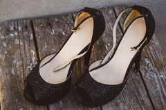 Una foto delle scarpe a tacco alto delle scarpe delle belle donne di modo immagine stock