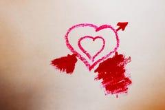 Una foto di due cuori piccoli nel grande rosso fotografie stock libere da diritti