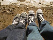 Una foto di due genti che dividono insieme un momento Fotografia Stock