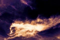 Una foto di flusso e dell'esplosione di lava dal vulcano Fiamme del fuoco nella notte Fondo dell'inferno dell'inferno fotografia stock libera da diritti