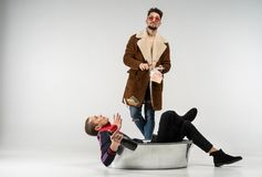 Una foto di modo di due giovani amici nell'abbigliamento casual immagini stock libere da diritti