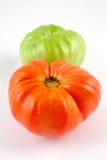 Una foto di riserva di due pomodori isolati su priorità bassa bianca Immagini Stock