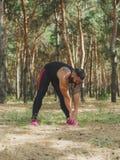 Una foto di un allenamento facente maschio atletico e forte su uno sfondo naturale Immagine Stock Libera da Diritti