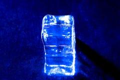 Una foto di un cubetto di ghiaccio blu Immagine Stock Libera da Diritti