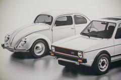 Una foto di un'immagine delle automobili antiquate Volkswagen Beetle e Jetta immagine stock