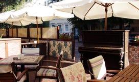 Una foto di un ristorante di estate con il piano sulle vie di Odessa, Ucraina fotografia stock libera da diritti