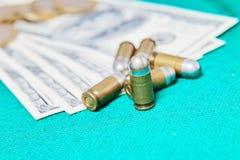 Una foto di una pallottola che sta sulla scacchiera fra i pezzi degli scacchi di menzogne Immagini Stock Libere da Diritti