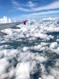 Una foto di vista aerea che ha preso dalle nuvole e dall'atmosfera gonfie indicate aeroplano nel cielo Fotografia Stock Libera da Diritti