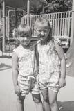 Una foto monocromatica di due sorelle sul campo da giuoco Fotografie Stock