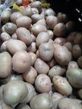 Una foto representa muchas patatas que se vendan en el mercado fotos de archivo libres de regalías