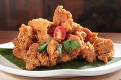 Una foto saporita di cucina del pollo fritto nel grasso bollente immagine stock libera da diritti