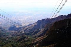 Una fotografía de la tranvía del pico de Sandia desde arriba de la montaña de Sandia foto de archivo