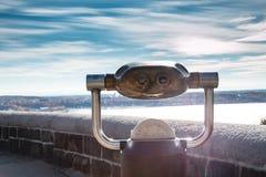 Una fotografía de un binocular adentro de paisaje foto de archivo