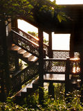 Detalles tradicionales tailandeses de la casa de la madera en luz del sol Foto de archivo