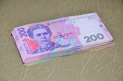Una fotografia del primo piano di un insieme di soldi ucraini con un valore nominale del hryvnia 200, trovantesi su una superfici Fotografia Stock Libera da Diritti