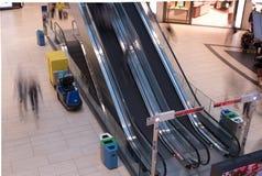 Una fotografia lunga di esposizione di due scale mobili nel ter dell'aeroporto di Roma immagine stock libera da diritti