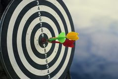 Una freccia sparata di tre dardi nel centro del bersaglio Concetto per mirare al successo ed al vincitore immagine stock libera da diritti