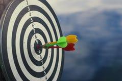 Una freccia sparata di tre dardi nel centro del bersaglio Concetto per mirare al successo ed al vincitore fotografia stock libera da diritti