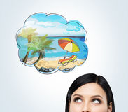 Una fronte di una donna castana che sogna delle vacanze estive sulla spiaggia Un posto piacevole dell'estate è assorbito la bolla immagini stock