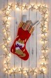 Una frontera de las luces de la Navidad de oro de la estrella, con un christm de los gatitos foto de archivo