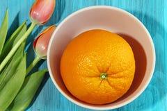 Una fruta anaranjada grande Fotos de archivo libres de regalías
