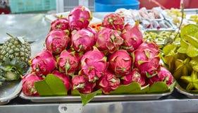 Una fruta tropical exótica en el pitahaya del mercado da fruto Fotografía de archivo libre de regalías