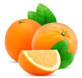 Una frutta e una fetta di due arance con la foglia Immagine Stock