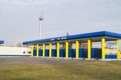 Una fuente alternativa de combustible para los coches Gasolinera para el gas metano de reaprovisionamiento de combustible Foto de archivo libre de regalías
