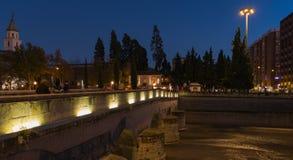 Una fuente de piedra en la noche fotografía de archivo libre de regalías