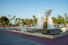 Una fuente en el cuadrado de Europa cerca del puerto deportivo de Larnaca y Finikoudes varan Imagenes de archivo