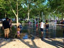 Una fuente en el parque de batería New York City fotografía de archivo