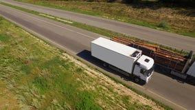 Una furgoneta isotérmica blanca se está moviendo a lo largo de la carretera metrajes