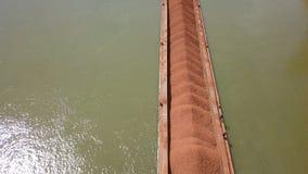 Una gabarra cargó con el mineral en el Danubio almacen de video